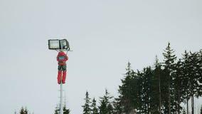 arreglos del reparador iluminados de esquiador en declive Fotografía de archivo libre de regalías