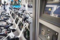 Arrendamento de bicicletas elétricas na cidade fotografia de stock