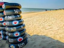 Arrendamento do anel da nadada em torno da praia de Saen do golpe, Tailândia imagem de stock