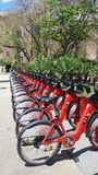 Arrendamento vermelho da bicicleta em Barcelona fotos de stock