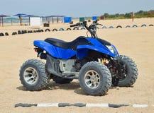 Arrendamentos pequenos de ATV Serviços alugado na praia pelo mar Fotos de Stock