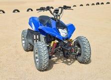 Arrendamentos pequenos de ATV Serviços alugado na praia pelo mar Imagem de Stock Royalty Free