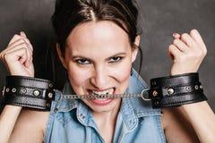 Arrestatie en gevangenis Het misdadige meisje van de vrouwengevangene in handcuffs royalty-vrije stock foto's