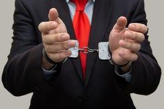 Arrestatie en opsluiting, de handboeien om:doen mens, bedrijfsmens in politie royalty-vrije stock afbeeldingen