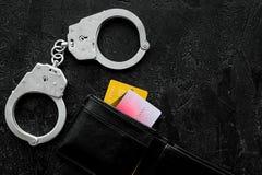 Arrestatie van cybercriminals, hakkersconcept Handcuff dichtbij betaalpas op zwarte achtergrond hoogste meningsruimte voor tekst stock fotografie