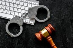 Arrestatie van een hakker voor het concept van de cyberfraude Handcuff dichtbij toetsenbord en rechtershamer op zwarte hoogste me stock fotografie