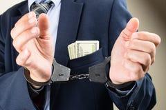 Arresterad affärsman i handbojor Affärsmanbribetaker Royaltyfria Foton