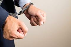 Arresterad affärsman i handbojor Affärsmanbribetaker eller bri Royaltyfria Bilder