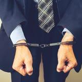 Arresterad affärsman i handbojor Affärsmanbribetaker eller bri Royaltyfri Bild