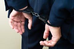 Arresterad affärsman i handbojor Affärsmanbribetaker eller bri Arkivfoto