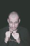 Arresterad brottsling Arresterad brottsling med handbojor på hans händer Arkivfoto