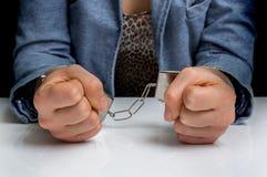 Arresterad kvinna med handbojor Arkivbilder