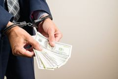 Arresterad representant i handbojor som räknar dollarsedlar Royaltyfri Foto