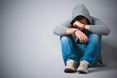 Arresterad tonåring med handbojor Arkivfoto