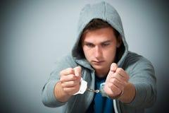 Arresterad tonåring med handbojor Arkivfoton