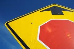 Arresti avanti il segnale stradale Immagini Stock Libere da Diritti
