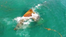 Arresti della barca nel mare caraibico, nella crociera o nell'incidente industriale della nave Naufragio vicino alla spiaggia di  archivi video