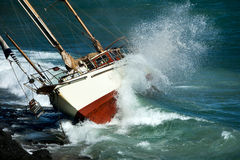 Arresto dell'yacht sulle rocce Fotografia Stock