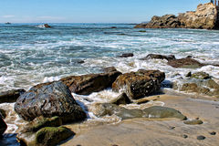 Arresto delle onde sopra le rocce Fotografia Stock