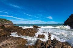 Arresto delle onde su Rocky Coast Fotografie Stock