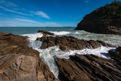 Arresto delle onde su Rocky Coast Fotografia Stock