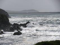 Arresto delle onde sulla riga rocciosa del puntello Immagini Stock