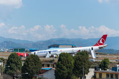 Arresto di Turkish Airlines Airbus all'aeroporto di Kathmandu Fotografie Stock