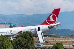 Arresto di Turkish Airlines Airbus all'aeroporto di Kathmandu Fotografie Stock Libere da Diritti