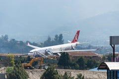 Arresto di Turkish Airlines Airbus all'aeroporto di Kathmandu Immagine Stock Libera da Diritti
