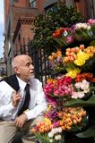 Arresto per sentire l'odore dei fiori immagine stock libera da diritti