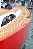 Arresto rosso dell'yacht in porto Fotografia Stock