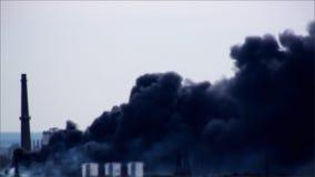 Arresto rumoroso di incidente della fabbrica del fumo di lerciume del fuoco stock footage