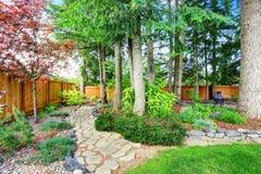 Arrière clôturée cour avec le jardin soigné image stock