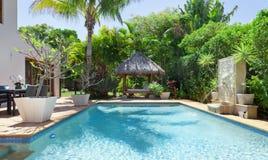 Arrière-cour avec la piscine Images libres de droits