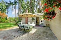Arrière-cour de maison de campagne avec la table de patio Images libres de droits