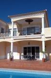 Arrière-cour moderne avec le balcon, la terrasse et la piscine Images libres de droits