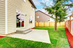 Arrière cour verte de maison américaine de beige de niveau de remorquage photos stock