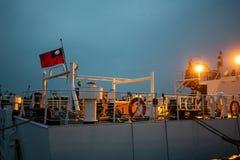 Arrière d'un bateau de garde-côte avec le drapeau de Taïwan au crépuscule photographie stock