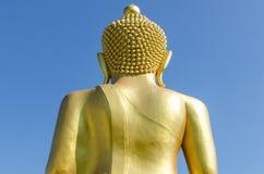 Arrière de Bouddha d'or avec le fond profond de ciel bleu Images stock