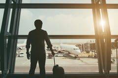 Arrière de garçon de voyageur dans le termainal à l'aéroport regardant Images stock