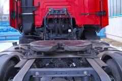 Arrière de l'unité de tracteur Des accouplements évidents de la cinquième roue sont adaptés à une unité de tracteur pour la relie image libre de droits