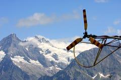 Arrière et rotor d'un hélicoptère dans les supports suisses Photos stock
