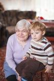 Arrière grand-mère avec l'enfant en bas âge et son petit-fils, d'intérieur Photographie stock