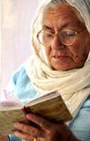 arrière grand-mère avec livre sacré Image stock