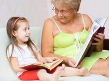 Arrière grand-mère lisant un livre Photos libres de droits