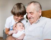 Arrière-grand-père avec des petits-enfants photographie stock