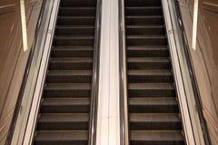 Arriba y abajo de la escalera móvil Fotografía de archivo