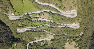 Arriba y abajo de la opinión aérea del abejón del camino de la montaña en Italia que conecta el pueblo de Nebro con Selvino almacen de video