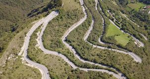 Arriba y abajo de la opinión aérea del abejón del camino de la montaña en Italia que conecta el pueblo de Nebro con Selvino metrajes
