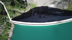 Arriba y abajo de la opinión aérea del abejón del lago Barbellino un lago artificial alpino Montañas italianas Italia almacen de metraje de vídeo